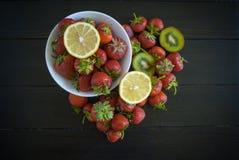 Säsongsbetonad jordgubbestilleben Royaltyfria Bilder
