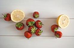 Säsongsbetonad jordgubbestilleben Arkivbild