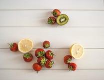 Säsongsbetonad jordgubbestilleben Arkivfoton