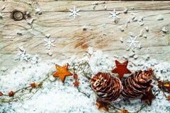 Säsongsbetonad julbakgrund med kottar och stjärnor Arkivbild