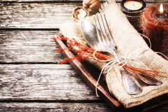 Säsongsbetonad tabellinställning med stearinljus Arkivfoto