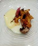 Säsongsbetonade champinjoner med ägget och potatoskräm Arkivbild
