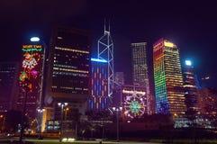 Säsongsbetonade hälsningar på de Hong Kong skyskraporna Royaltyfri Foto