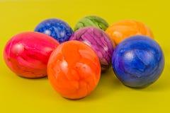 Säsongsbetonade - påsk - färgade ägg Royaltyfri Fotografi