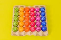 Säsongsbetonade - påsk - färgade ägg Arkivbild