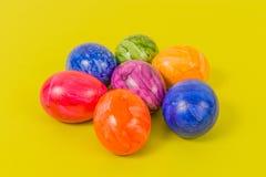 Säsongsbetonade - påsk - färgade ägg Fotografering för Bildbyråer