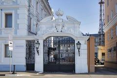 S?teri av k?pmannen Rukavishnikov V M Rukavishnikova s?teri p? den Verkhne Volzhskaya invallningen i centret arkivfoton