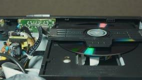 Sätt in en diskett in i en DVD-spelare 2 arkivfilmer