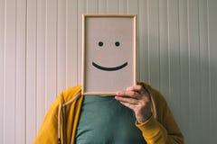 Sätt en lycklig optimistisk framsida på, lycka och gladlynta sinnesrörelser royaltyfri fotografi