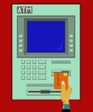 Sätt in kortet in i ATM-maskinen Royaltyfria Bilder