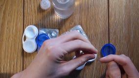 Sätt linsen i en behållare stock video
