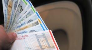 Sätt pengarräkningar i toaletten fotografering för bildbyråer