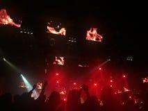 Sätt upp din hand, räkningen som dansar ner konsertpartiet Royaltyfria Bilder