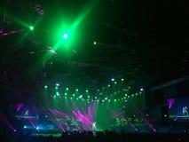Sätt upp din hand, räkningen som dansar ner konsertpartiet Arkivbild