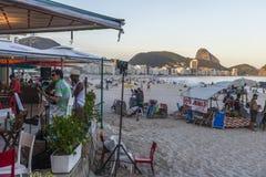Sätta band att spela den bossanovan och samban på en kiosk på den Copacabana stranden, Rio de Janeiro, Brasilien royaltyfri fotografi