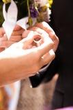 Sätta cirkeln på brudgumhanden Royaltyfri Foto