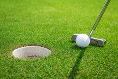 Sätta en golfboll på gräsplanen Royaltyfria Foton
