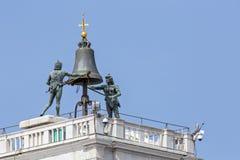Sätta en klocka på av St Mark tar tid på står hög, i venice Royaltyfri Bild