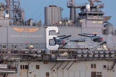 Sätta en klocka på flygplan för rotoren för Boeing MV-22 fiskgjuselutande från Förenta staterna Marine Corps arkivbilder