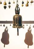 Sätta en klocka på i buddistiskt tempel Royaltyfri Fotografi