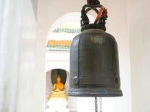 Sätta en klocka på i Phra Pathommachedi en stupa i Thailand Arkivfoto
