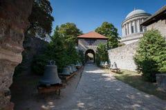 Sätta en klocka på nära basilikan av St Adalbert i Esztergom Royaltyfria Foton