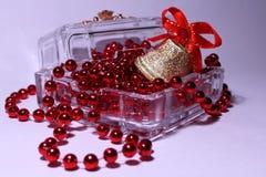 Sätta en klocka på och pryda med pärlor i en kristall boxas Royaltyfri Bild
