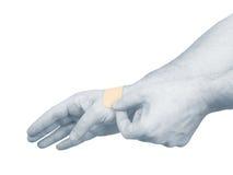 Sätta en liten adhesive murbruk på en gömma i handflatan. Arkivbild