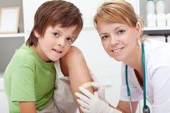 Sätta ett bandaid på wound Royaltyfria Bilder
