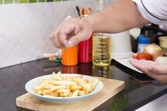 Sätta för kock som är salt till avfyrad franska royaltyfria foton