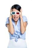 Sätta händer på kvinnliga elevrepresentanten som håller ögonen på filmen 3D royaltyfri bild