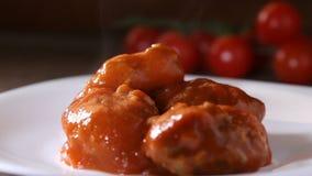 Sätta med träköttbullar för en sked med tomatsås arkivfilmer