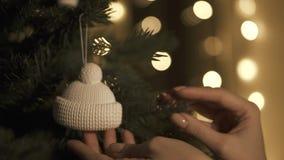Sätta på garnering på träd med julljus stock video