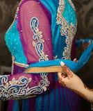 Sätta på halsduken Royaltyfria Bilder