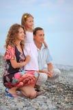 sätta på land afar lyckligt se för familjflicka royaltyfri foto