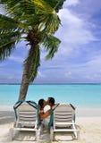 sätta på land att kyssa för par Royaltyfria Bilder