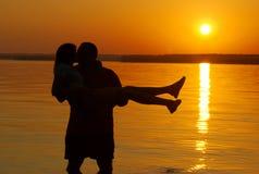 sätta på land att kyssa för par Arkivbild