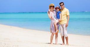 sätta på land barn för white för semestern för sanden för familj fyra tropiskt arkivfoto