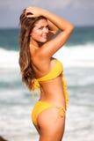 sätta på land bikinikvinnabarn Royaltyfri Foto