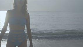 sätta på land bikinikvinnan lager videofilmer
