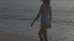 sätta på land bikinikvinnan arkivfilmer