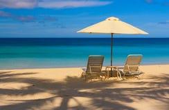 sätta på land blåa den soliga paradisskyen arkivfoto