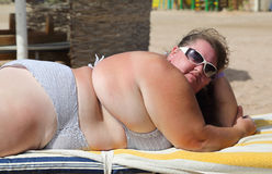 sätta på land den överviktiga kvinnan arkivfoton