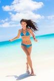 Sätta på land den asiatiska kvinnan för den sexiga bikinin som har gyckel i vatten Royaltyfri Foto