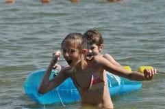 sätta på land den lyckliga ferieillustrationen för den klädda flickan som liten leka sjömanhavsvektor Familj med barn på stranden Royaltyfri Fotografi