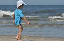 sätta på land den lyckliga ferieillustrationen för den klädda flickan som liten leka sjömanhavsvektor Familj med barn på stranden Fotografering för Bildbyråer
