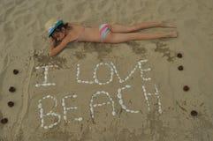 sätta på land den lyckliga ferieillustrationen för den klädda flickan som liten leka sjömanhavsvektor Familj med barn på stranden Royaltyfria Bilder