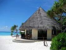 sätta på land den maldives villan royaltyfri bild