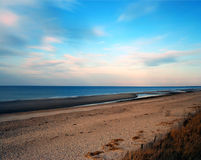 sätta på land den molniga kustlinjevädervintern Arkivfoto