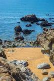Sätta på land den steniga kustlilla viken för fjärden med den blåa havvågen, Algarve royaltyfri foto